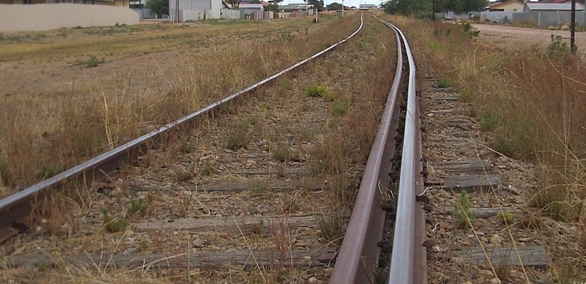 A dual-gauge railway track in Wallaroo (Yorke Peninsula, South Australia). The outer rail is for Irish gauge, the inner for standard gauge. Photo: Creative Commons / Ymenkov