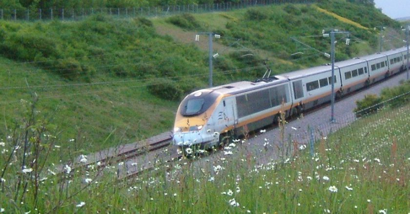 Eurostar approaching the Medway Bridge in Strood, Kent. Photo: Creative Commons / ClemRutter